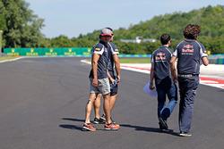 Carlos Sainz Jr., Scuderia Toro Rosso camina el circuito con el equipo