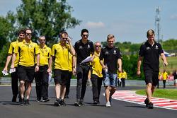 Esteban Ocon, Renault Sport F1 Team Piloto de prueba y Kevin Magnussen, Renault Sport F1 Team camina por el circuito