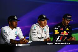 Під час прес-конференції FIA топ-три кваліфікації: друге місце Льюїс Хемілтон, Mercedes AMG F1, поул-позиція Ніко Росберг, Mercedes AMG F1, третє місце Даніель Ріккардо, Red Bull Racing