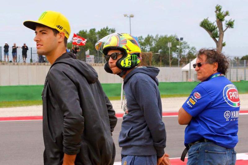Valentino Rossi con un casco Arai