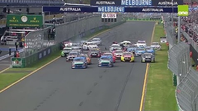V8 Supercars 2015 Albert Park Race 4 choque en cadena