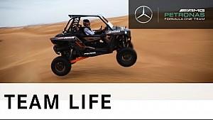 Lewis Hamilton im Wüstenbuggy