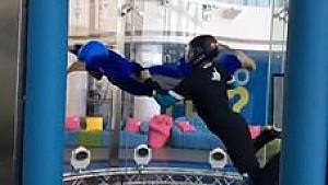 Lewis Hamilton beim Indoor-Skydiving